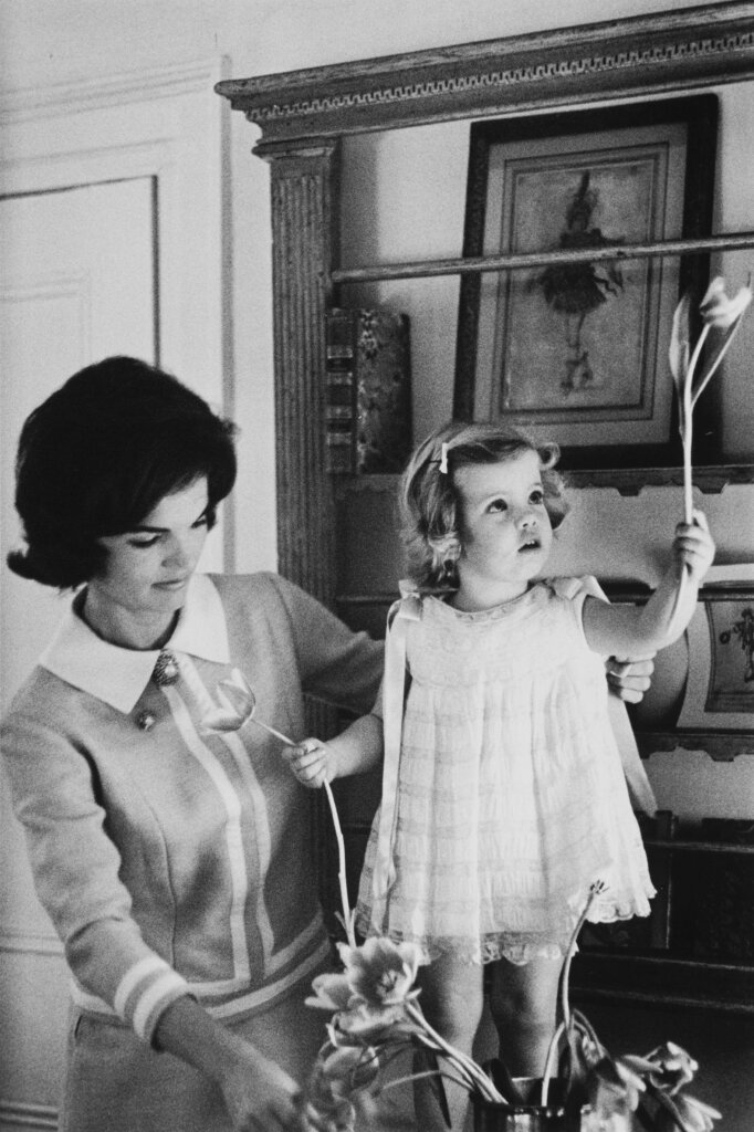 Eve Arnold - Jackie Kennedy and her two year old daughter Caroline - 1960