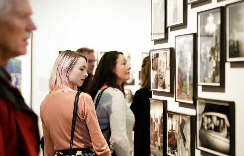 Visitatori durante un'esposizione © Fred Ernst