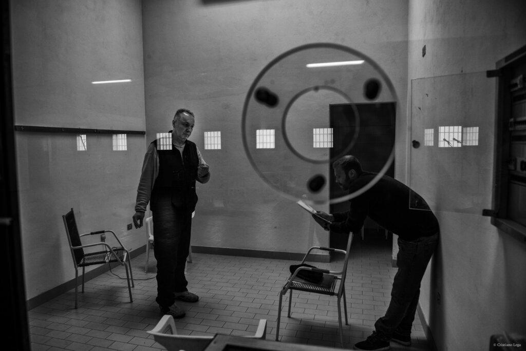 Provare, l'intenso scambio di battute durante le prove in carcere. © Cristiano Lega