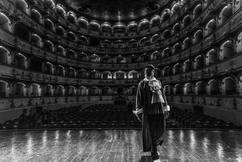Attori e non Detenuti, i detenuti finalmente attori sul palco del Teatro Comunale di Ferrara. © Cristiano Lega