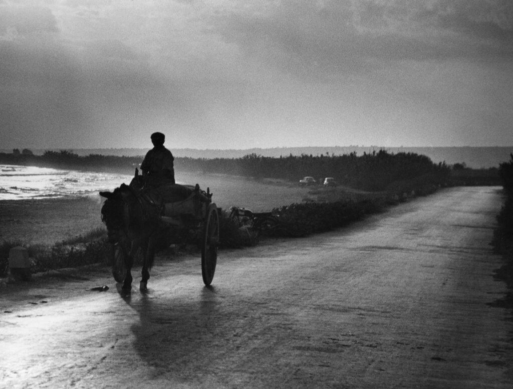 Donnalucata, Quasimodo - il carrettiere all'orizzonte nelle braccia della strada chiama risponde alla voce delle isole - © Giuseppe Leone