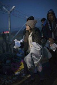 Le persone al confine sono respinte per infiniti motivi. Se bloccati, devono ricominciare da capo. Pagare i coyote, se hanno soldi, e recarsi ad Atene per rifare i documenti, per poi riprovare a passare verso la Macedonia mentre le maglie si restringono. Nel momento dello scatto, solo iracheni, afghani e siriani potevano transitare. Ora solo iracheni e siriani perché la guerra in Afghanistan pare che sia finita. © Andrea Kunkl