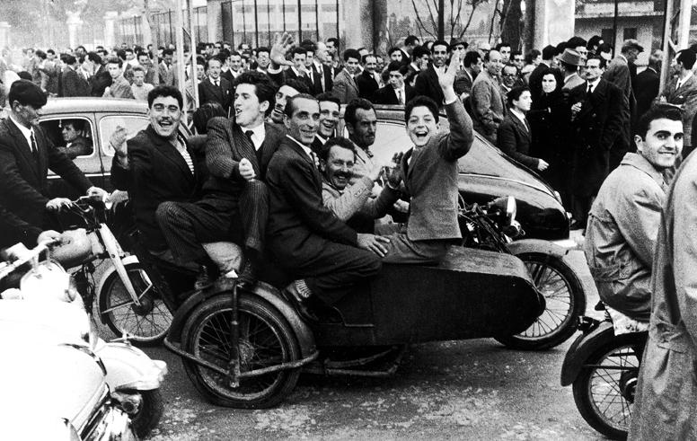 Palermo, uscita dallo stadio La Favorita, 1961