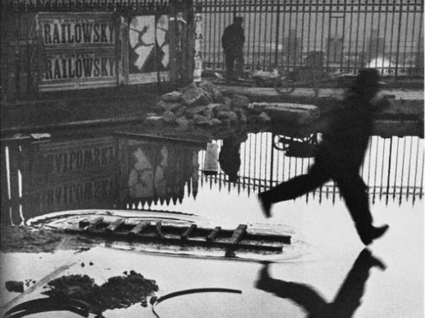 © Henri Cartier-Bresson, Fondation Pierre Gianadda-Coll. Sam Szafran | Henri Cartier-Bresson, Derrière la gare Saint-Lazare, Paris, 1932