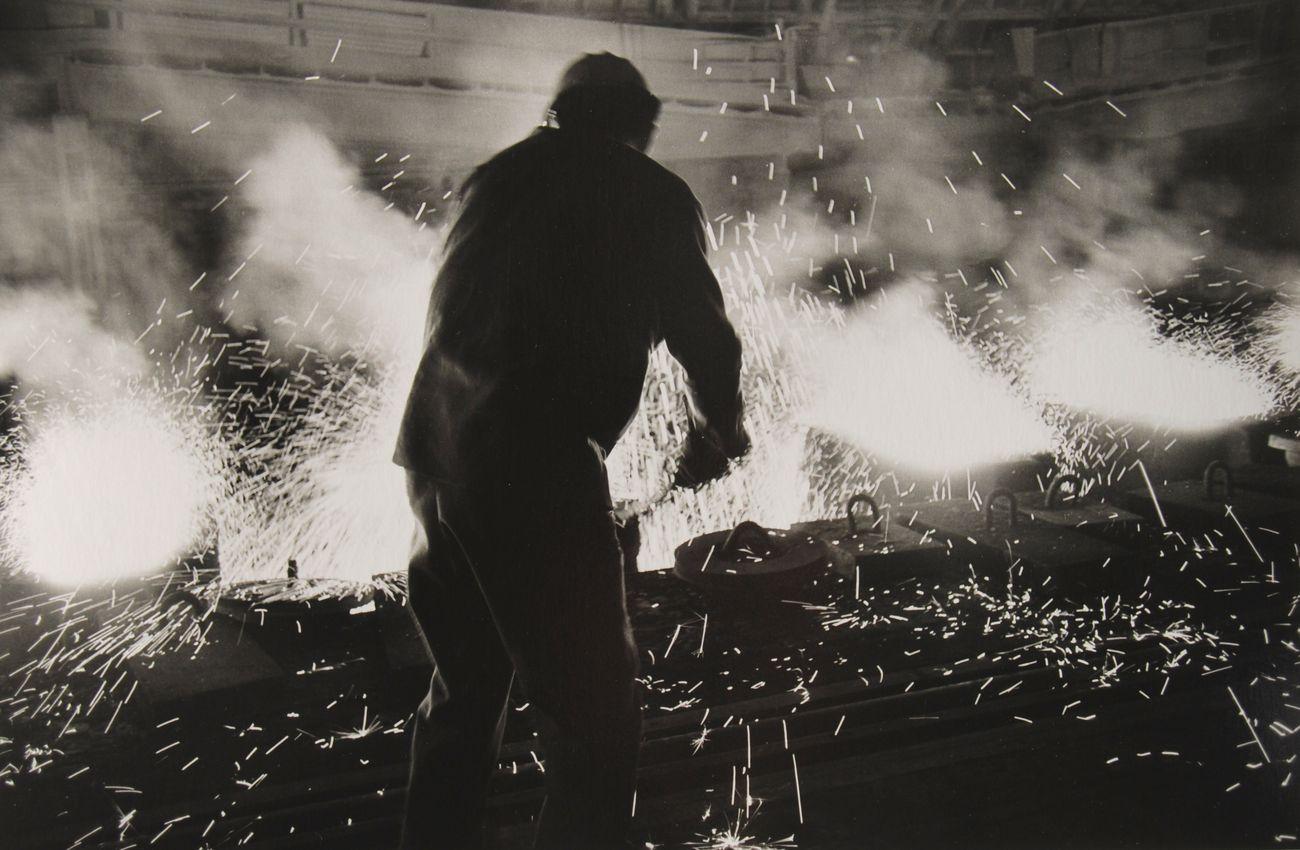 Operaio all'Italsider, 1962 © Lisetta Carmi courtesy galleria Martini & Ronchetti