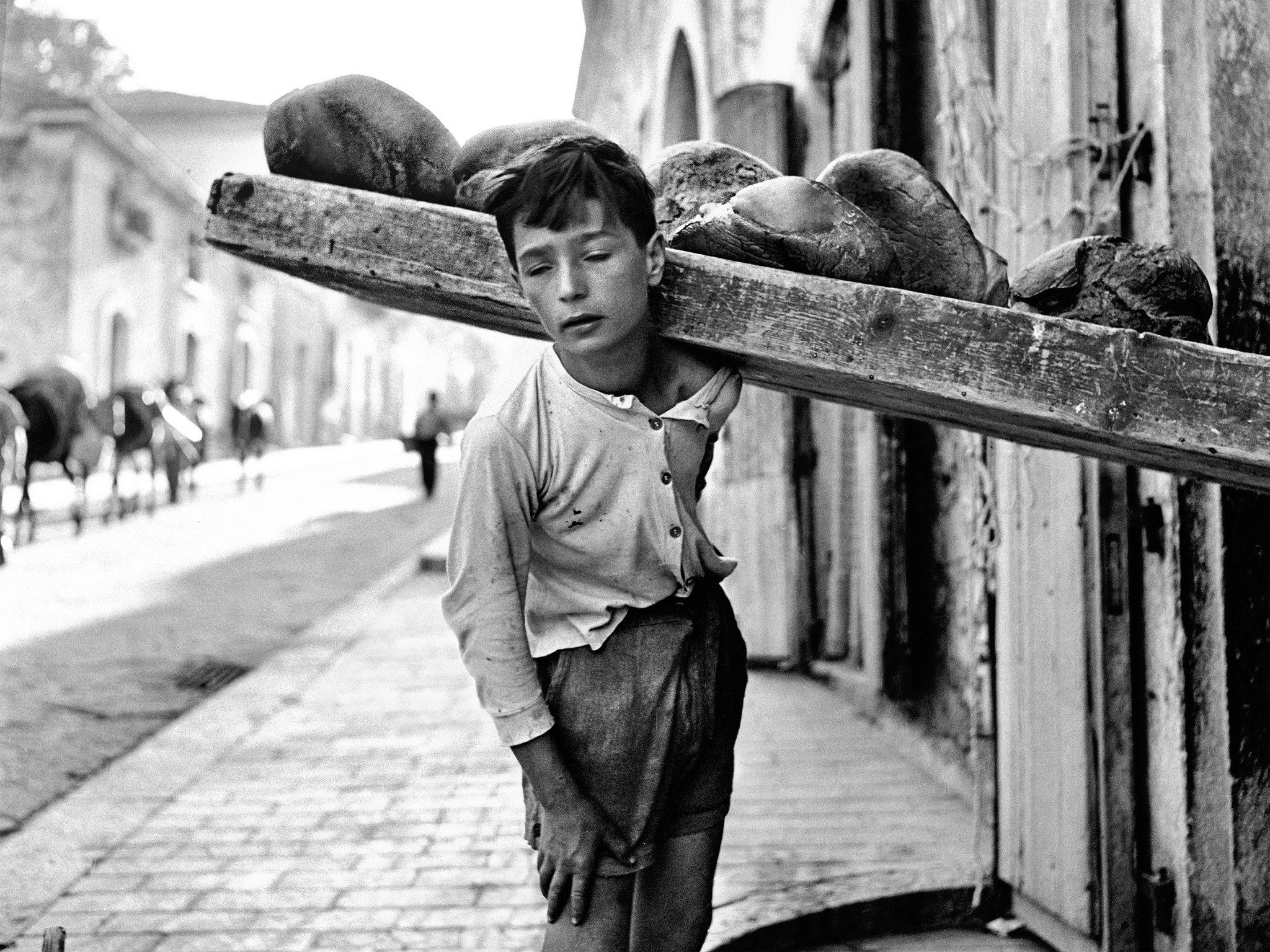 Nino Migliori_Portatore di pane_1956_© Fondazione Nino Migliori.