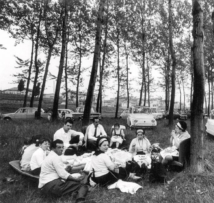Le vacanze degli italiani: picnic nel parco, Lombardia 1969