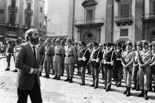 Il giudice Giovanni Falcone ai funerali del generale Carlo Alberto Dalla Chiesa ucciso dalla mafia, Palermo 1982.