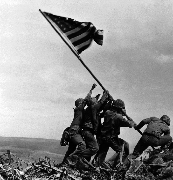 La bandiera statunitense su Iwo Jima, Giapppone, 23 febbraio 1945 - © Joe Rosenthal/ AP Photo