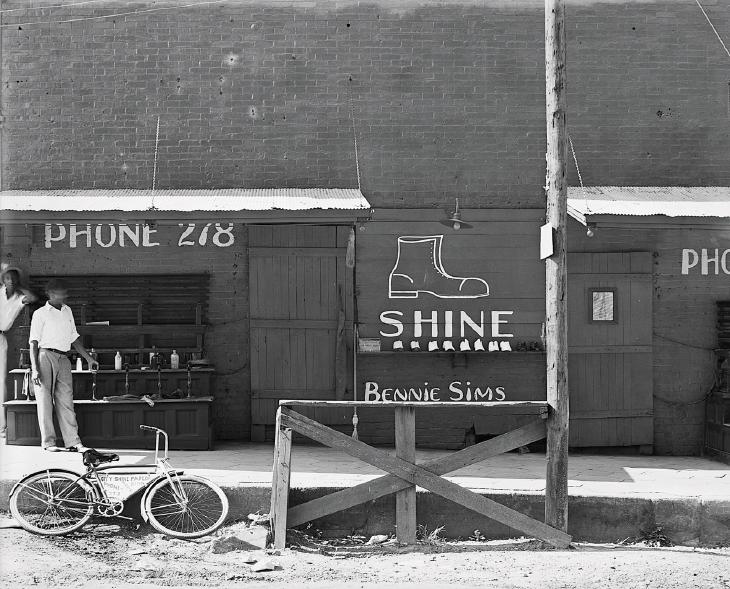 La postazione del lustrascarpe, Sud-Est degli U.S.A., 1936, Walker Evans. FSA/OWI/Library of Congress