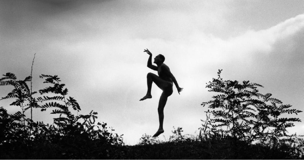 Mon frère imitant le «scherzo», Hongrie 1919, Ministère de la Culture / Médiathèque de l'architecture et du patrimoine / Dist Rmn-GP © Donation André Kertész