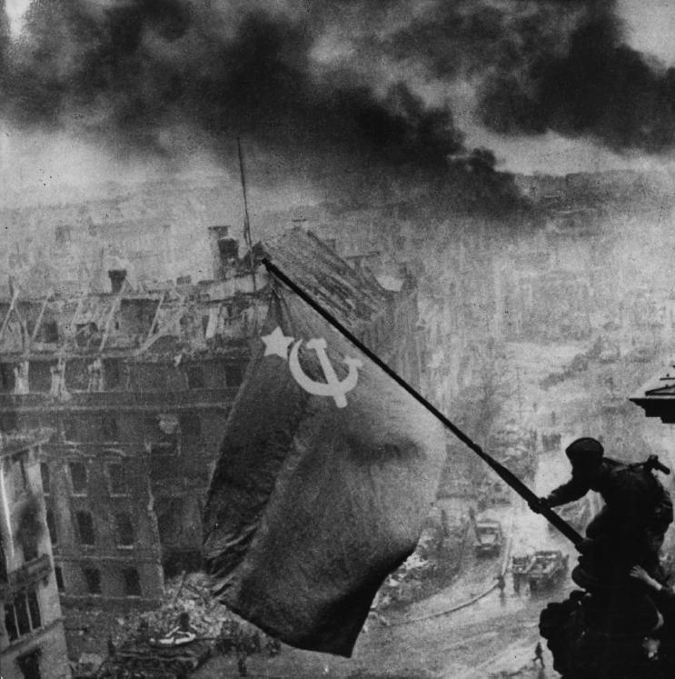 La bandiera sovietica sul Reichstag, Berlino 2 maggio 1945 - © Courtesy Associazione Italia Russia