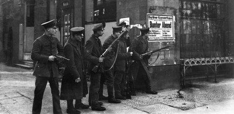 Soldati armati in Unter den Linden © Staatliche Museen zu Berlin, Kunstbibliothek Photothek Willy Römer / Gebrüder Haeckel