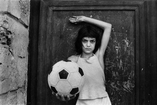 La bambina con il pallone, 1980 © Letizia Battaglia