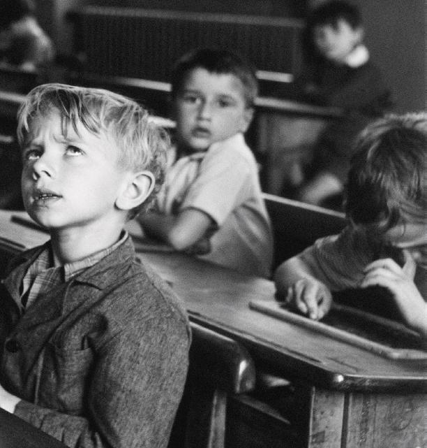 L'informazione scolastica, Parigi, 1956 © Atelier Robert Doisneau
