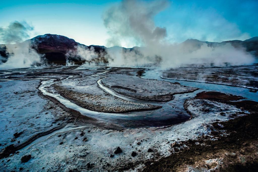 Il passaggio lunare dei geyser del Tatio in Cile, avvolto dal vapore acqueo.