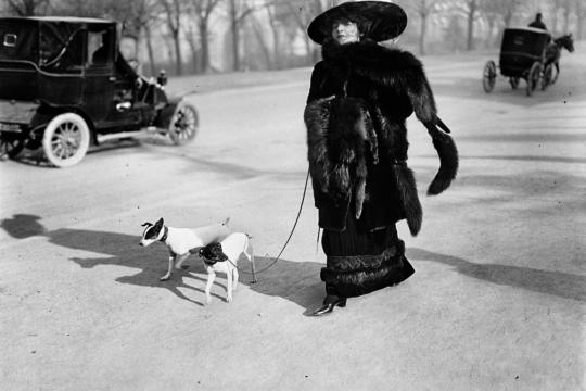 """Anna la Pradvina, aussi appelée """"La femme aux renards"""", Avenue du Bois Paris, 1911 © Ministère de la Culture (France), MAP-AAJHL"""