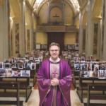 Don Giuseppe Corbari celebra la messa con la foto dei parrocchiani.