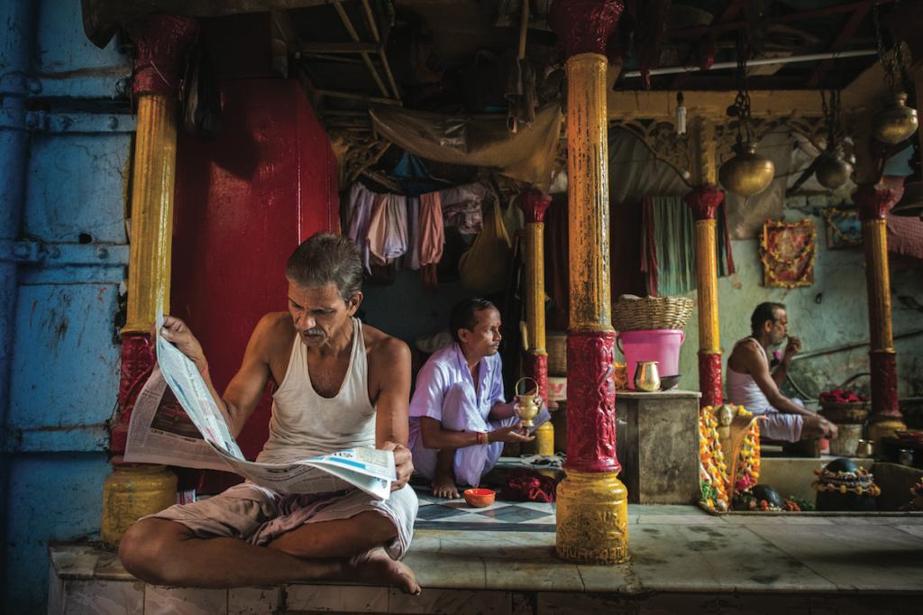 Una composizione ben bilanciata di un momento di quiete nei pressi degli storici Ghat di Calcutta, capitale culturale indiana.