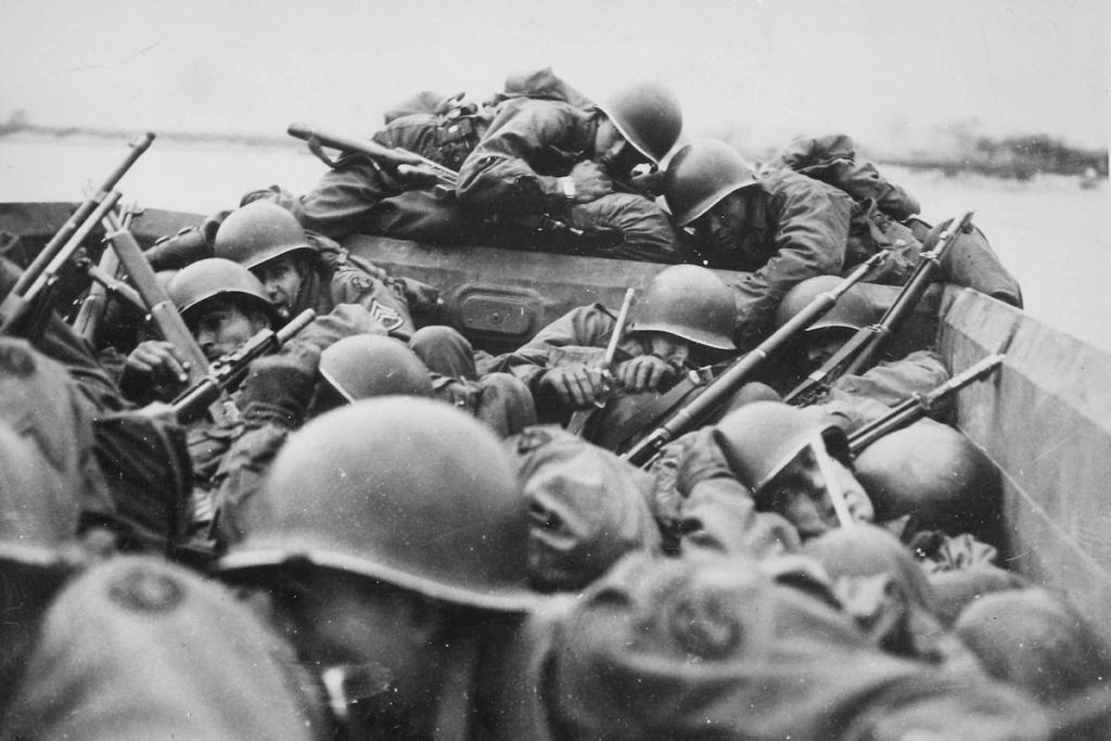 Soldati americani durante l'attraversamento del Reno sotto il fuoco nemico, marzo 1945, Saint Goar, Germania, Autore sconosciuto o non fornito © courtesy U.S. National Archives and Records Administration