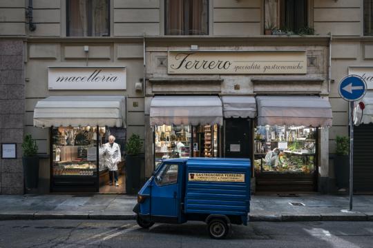 Dalla serie Support Local Business © Gabriele Galimberti