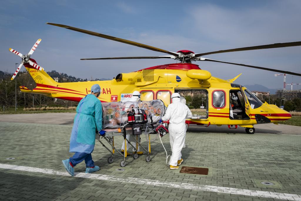 Un paziente Covid-19 viene trasferito su un barella per biocontenimento dall'Ospedale Papa Giovanni XXIII di Bergamo all'Ospedale di Udine utilizzando un elicottero di AREU, dedicato esclusivamente al trasporto di pazienti infetti.