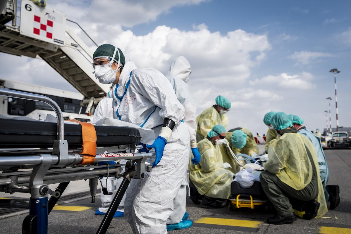 L'équipe dell'ambulanza si prepara a rientrare dopo aver affidato un paziente Covid italiano al personale sanitario dell'Aviazione Militare tedesca.