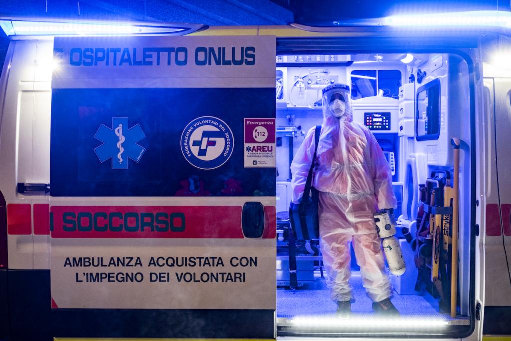Una soccorritrice volontaria della Croce Verde di Ospitaletto (BS) pronta per un intervento di 118. I soccorritori che vengono a contatto con i pazienti (tutti potenzialmente infetti) devono usare numerosi dispositivi di protezione: tuta, mascherina adeguata, occhiali o visiera, doppi guanti.