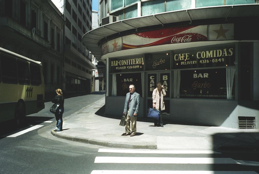 All'angolo di Calle Maipù nel centro di Buenos Aires, 2005 © Alberto Giuliani