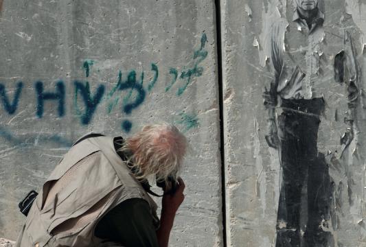 Koudelka fotografa un murale dedicato al poeta palestinese Mahmoud Darwish, Gerusalemme Est.