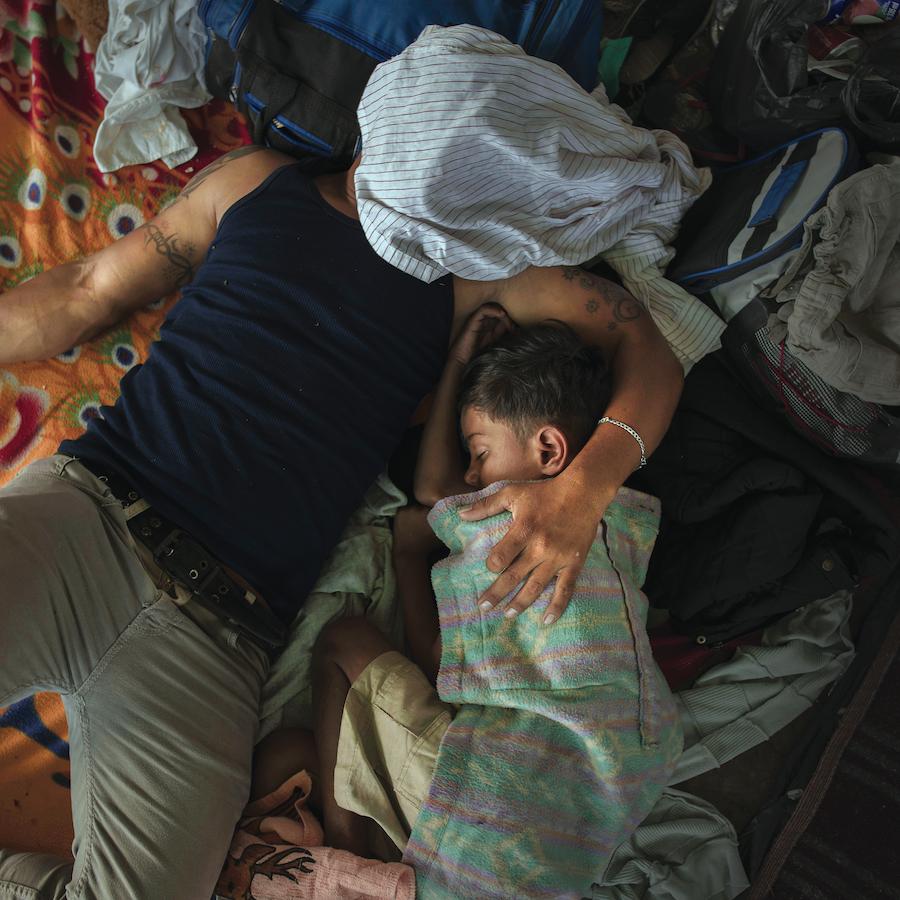 Un padre e un figlio addormentati dopo una lunga giornata di cammino, Juchitán, Messico. © Pieter Ten Hoopen