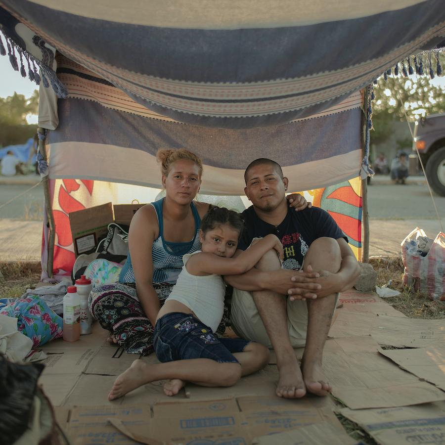 Marvin Figueroa, 32 anni, e Thoselin Euceda, 24, hanno lasciato l'Honduras con i figli Sammy ed Emely. Qui sono ritratti con Emely. © Pieter Ten Hoopen