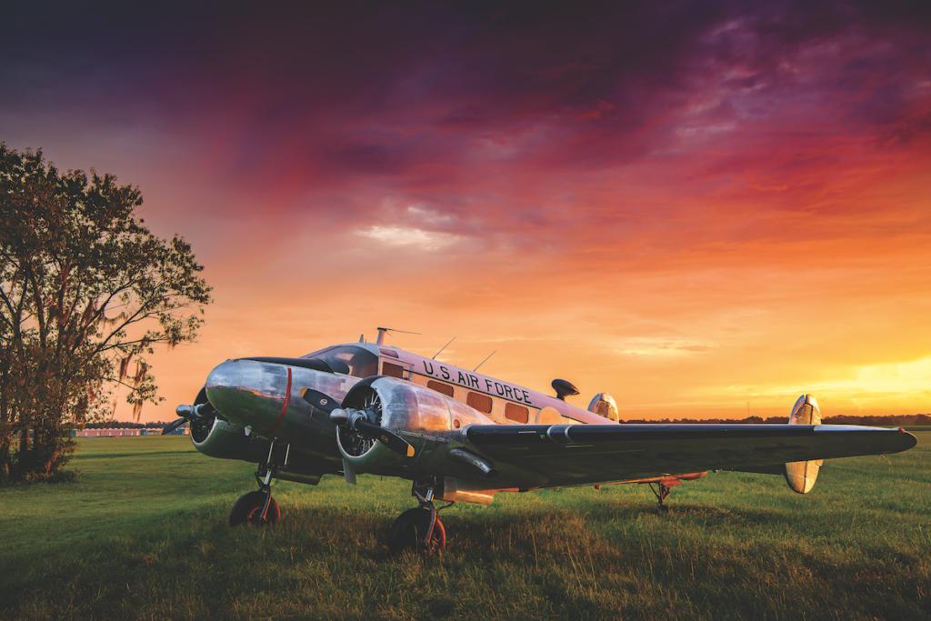 Il C-45 Expeditor si staglia contro la luce del tramonto.