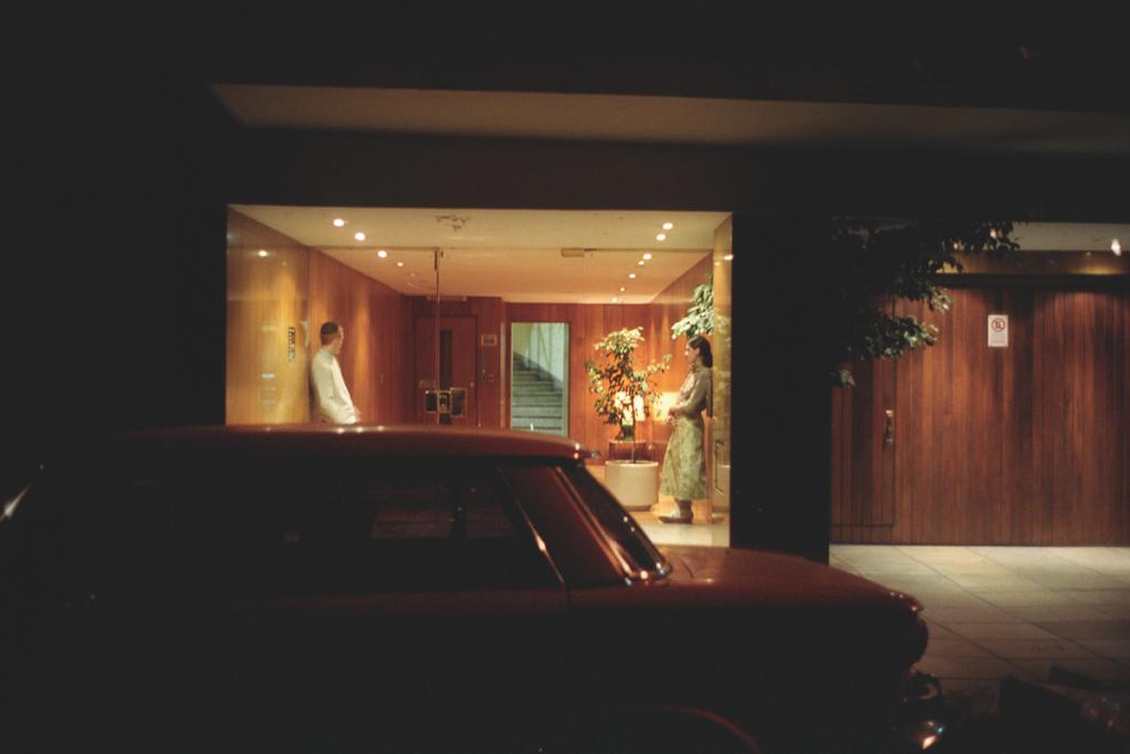Una coppia nel cuore della notte, all'ingresso di un condominio di Barrio Norte, Buenos Aires, Argentina, 2007 © Alberto Giuliani