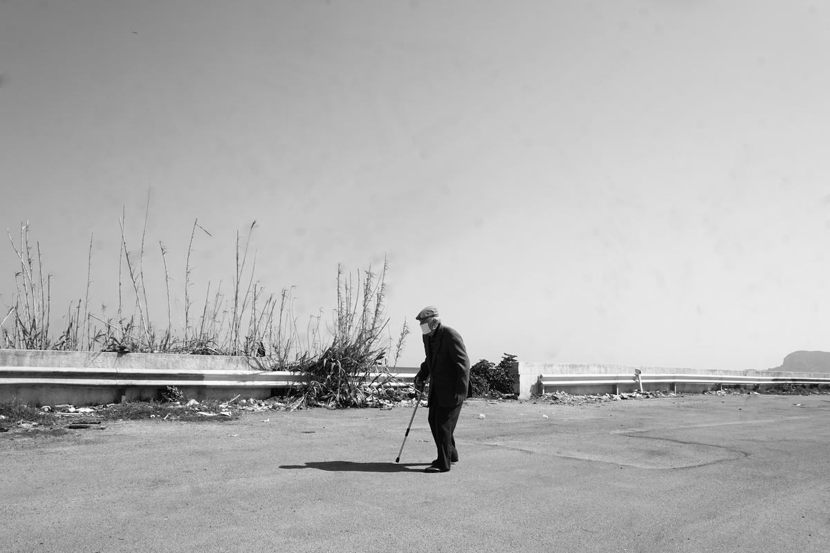 Signore che passeggia per Palermo - Francesco Faraci