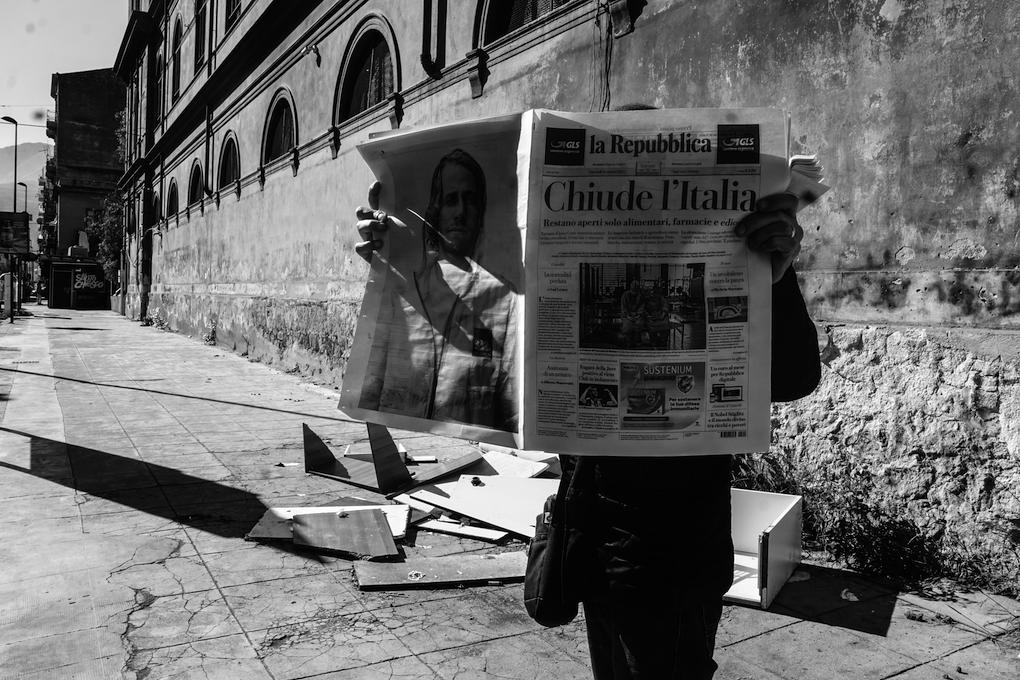 Palermo - Signore legge il giornale