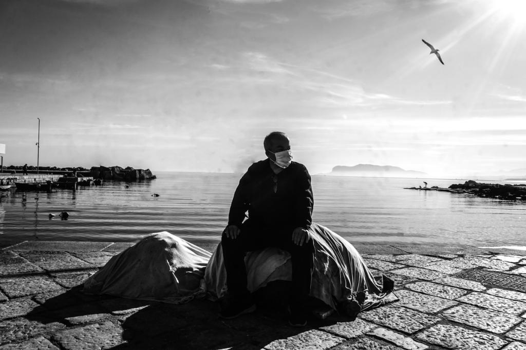 Un signore siede al porto, Palermo - Francesco Faraci