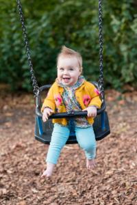 Bambina su altalena - tempo di scatto veloce