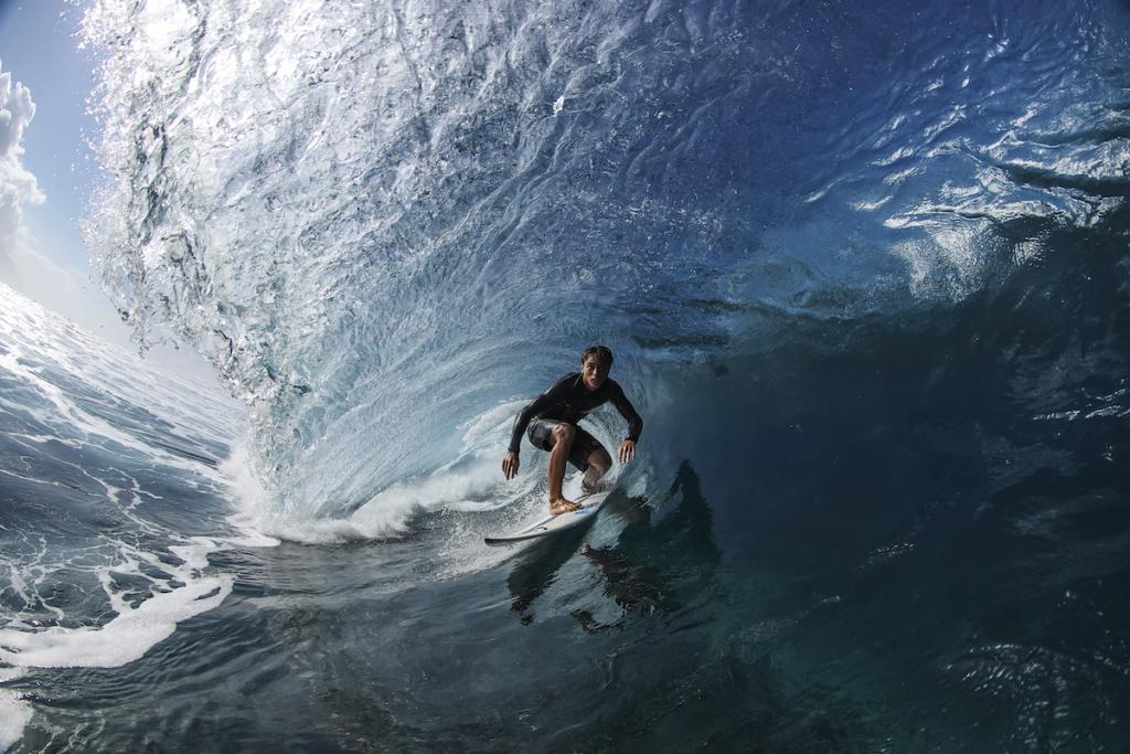Surfista cavalca l'onda