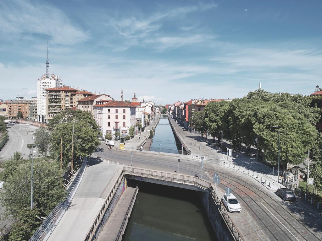 Milano, Naviglio Grande, aprile 2020. Lo snodo tra il Naviglio e il viale Ludovico Il Moro © Marco Menghi