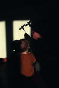 Ernesto e il padre giocano con le ombre. Isola © Simona Ghizzoni