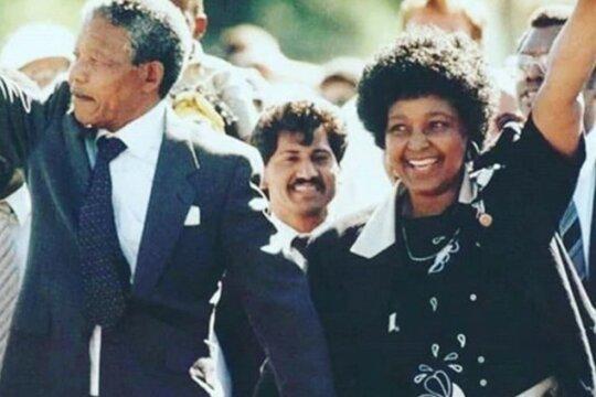 Nelson e Winny Mandela celebrano la liberazione di Nelson dopo 26 anni di reclusione, l'11 febbraio 1990