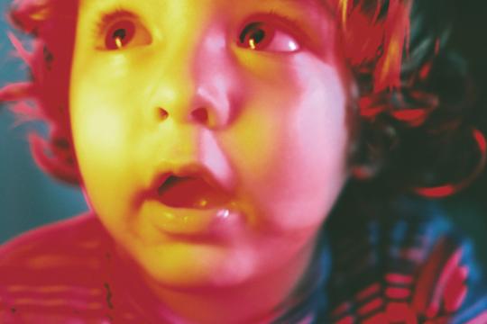 Ritratto di bambino con luce rossa