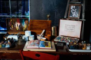 Particolare dello Studio di Frida (tavolo scrittoio con Diario e colori) Casa Azul, 1946 Coyoacàn, Città del Messico © NAVIGARE Srl