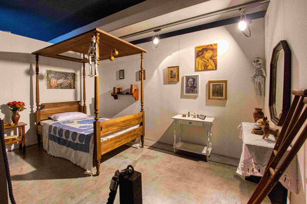 Camera da letto di Frida (riproduzione fedele del letto a baldacchino in legno massello e specchio, con stampelle ed elementi di arredo) Casa Azul Coyoacàn, Città del Messico © NAVIGARE Srl