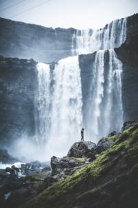 """Nella maggior parte dei Paesi del mondo Alex cerca bel tempo e cieli limpidi, ma alle Faroe ha preferito un clima selvaggio, per risultati più """"vendibili"""" come questo"""