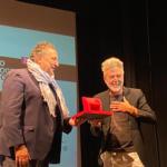 M. Galimberti consegna il Premio Ghergo a T. Thorimbert