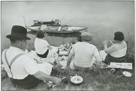 Henri Cartier-Bresson Dimanche sur les bords de Seine, France, 1938, épreuve gélatino-argentique de 1973 © Fondation Henri Cartier-Bresson / Magnum Photos