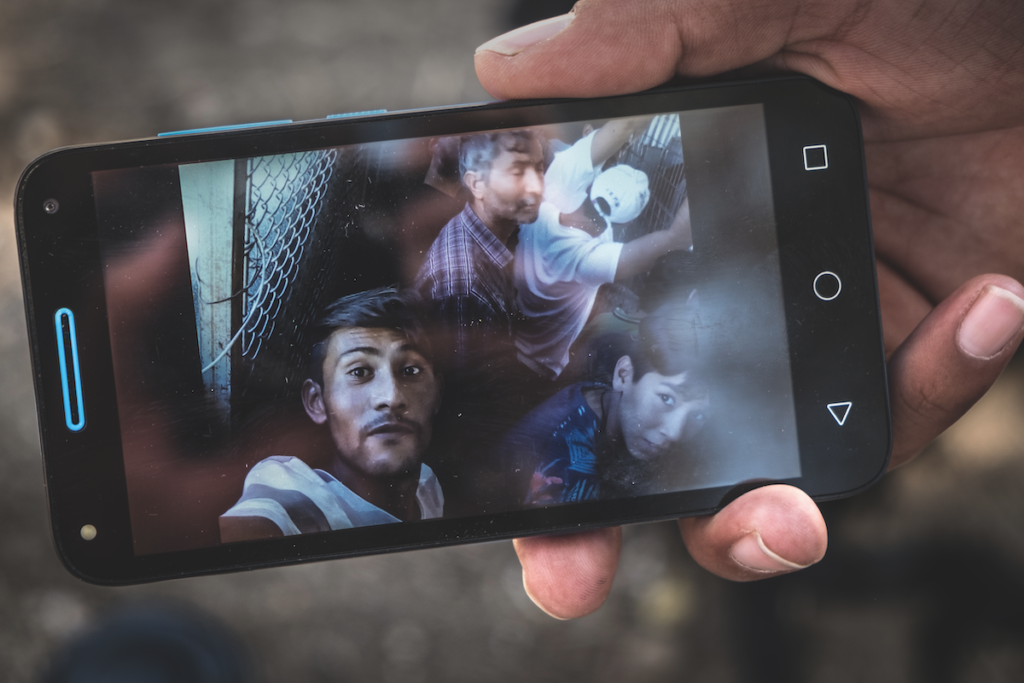 Isola di Lesbo, Grecia, settembre 2019. Namatullah mostra il selfie scattato in quella che è la food line nel campo profughi di Moria – l'accesso è interdetto alla stampa –, in quelle che sono vere e proprie gabbie. Un'ulteriore umiliazione per le quasi 13.000 persone che affollano il campo, private di ogni diritto © Massimo Barberio