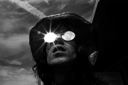 Keith Richards fotografato sul tetto del suo albergo la mattina del concerto dei Rolling Stones a Hyde Park, luglio 1969 © Michael Cooper